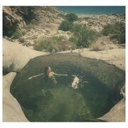 Ο Χρανιώτης φωτογραφίζει την γυναίκα του να κολυμπά