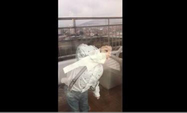 Απολαυστικό βίντεο! Δείτε πως ένας πιτσιρικάς καθαρίζει τα τζάμια
