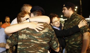 Ρίγη συγκίνησης: Οι δύο στρατιωτικοί επέστρεψαν στην Ελλάδα μετά από 167 ημέρες ομηρίας (vids+pics)