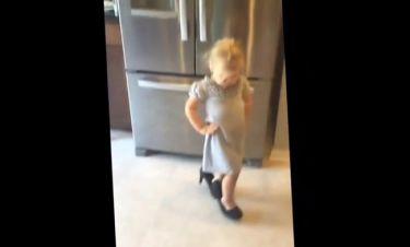 Κοριτσάκι χορεύει χαριτωμένα με τα τακούνια της μαμάς της!