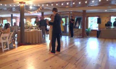 Γέλια μέχρι δακρύων! Ο επικός χορός του γαμπρού με τη μαμά του στη γαμήλια δεξίωση!