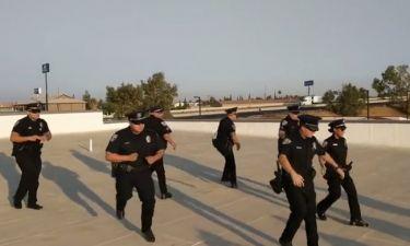 Αστυνομικοί το έριξαν στο χορό