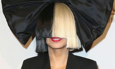 Και όμως! Είδαμε την Sia χωρίς την περούκα της. Δείτε το πρόσωπό της