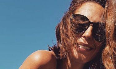 Η Κατερίνα Παπουτσάκη φωτογραφίζει το γιο της στην παραλία