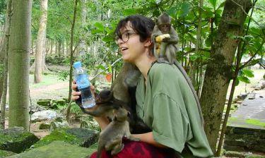Μαϊμουδάκι σκαρφαλώνει σε κοπέλα για να της πάρει το νερό (vid)