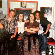 O Γιώργος Χρανιώτης με μακριά σγουρά μαλλιά, ποζάρει με τον Γιώργο Πυρπασόπουλο τη δεκαετία του 90