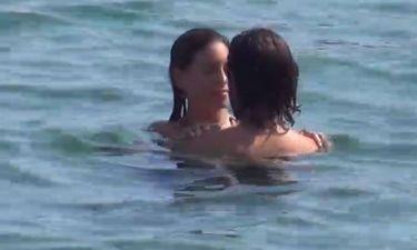 Οικονομάκου-Μιχόπουλος: Αγκαλίτσες μέσα στη θάλασσα!