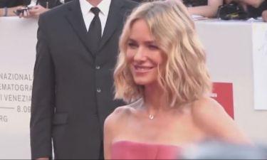 Naomi Watts: Εμφανίστηκε στο Φεστιβάλ Κινηματογράφου της Βενετίας με φόρεμα που προκάλεσε σχόλια