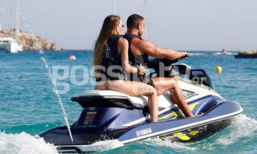 Το ερωτευμένο ζευγάρι δαμάζει τα νερά της Μυκόνου
