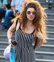 Η Λίλα Μπακλέση ποζάρει με το ατίθασο μαλλί της και αυτοτρολάρεται!