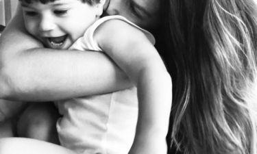 «Μάχη για μια αγκαλιά!», αυτό τον τίτλο έδωσε η Ελληνίδα ηθοποιός στη φώτο με το γιο της
