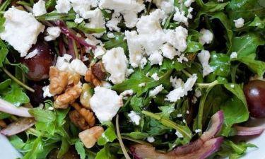Σαλάτα με ρόκα, κόκκινα σταφύλια, κατσικίσιο τυρί και αβοκάντο