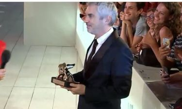 Φεστιβάλ Βενετίας: Ο Αλφόνσο Κουαρόν δείχνει τον Χρυσό Λέοντα, που κέρδισε στους θαυμαστές του