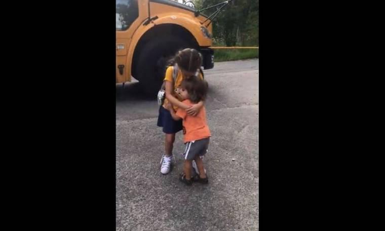 Ό,τι πιο γλυκό! Ο αδερφούλης της την περιμένει να κατέβει από το σχολικό για να την αγκαλιάσει!