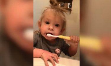 Τρελό γέλιο! Αυτό το κοριτσάκι τρολάρει τους γονείς του