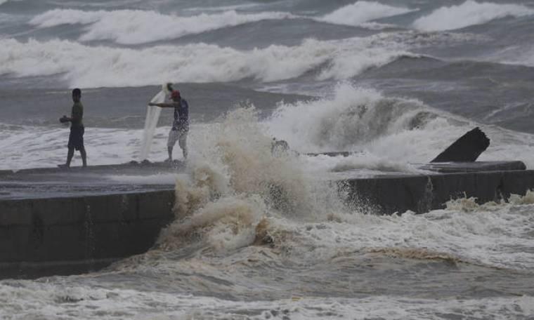 Συναγερμός στις Φιλιππίνες για τον υπερ-τυφώνα Μανγκούτ (vid)