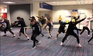 Χορευτικό γκρουπ διασκεδάζει επιβάτες λόγω καθυστέρησης της πτήσης τους