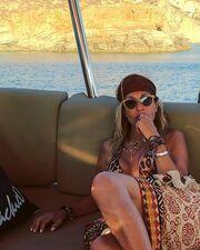 Άννα Βίσση: Ποζάρει με μαγιό μέσα σε σκάφος στη Φολέγανδρο