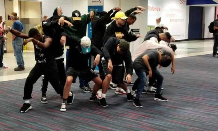 Κουράστηκαν να περιμένουν την πτήση τους και ξεκίνησαν τα χορευτικά (vid)