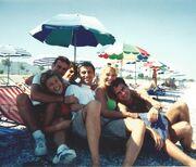Ελένη Μενεγάκη: Η αδημοσίευτη φωτογραφία από το παρελθόν στην παραλία με τρους συνεργάτες της