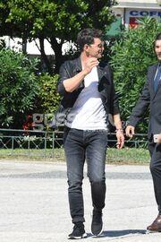 Σάκης Ρουβάς: Έφαγε κουλούρι στην Πλατεία Κλαυθμώνος