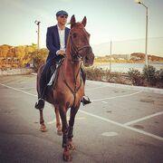 Λαμπερός γάμος στη Βούλα – Το εντυπωσιακό νυφικό και η άφιξη του γαμπρού με άλογο (φωτο)