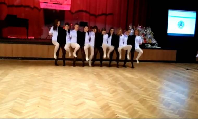 H απίστευτη οπτική ψευδαίσθηση που δημιουργούν μαθητές ενώ χορεύουν!