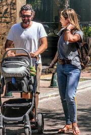 Οικονομάκου – Μιχόπουλος: Βόλτα με το μωρό τους πριν το γάμο