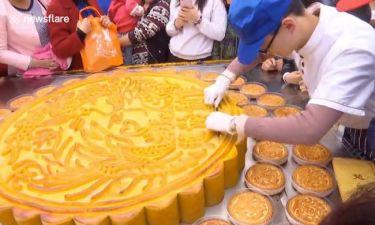 Με τεράστια «Πίτα του Φεγγαριού», βάρους 168 κιλών, γιόρτασαν οι Κινέζοι την έλευση του φθινοπώρου!