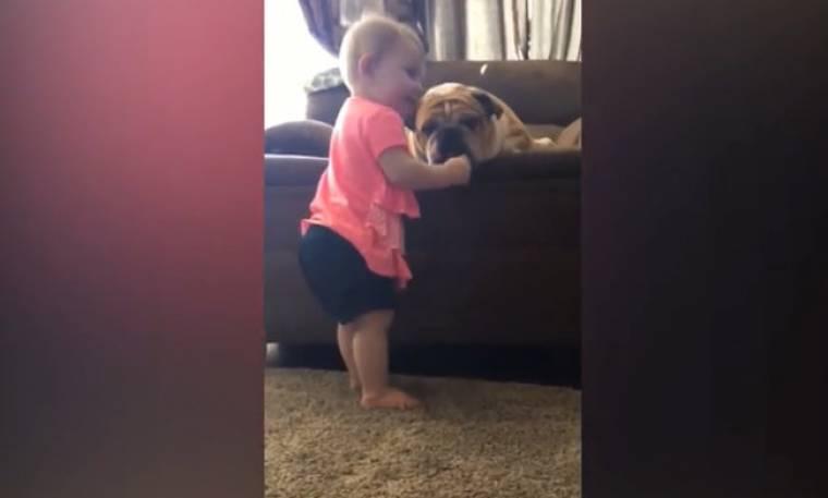 Όταν τα μωρά παίζουν με τα κατοικίδια τους!