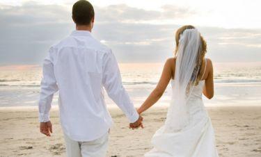 Ραφτείτε! Γνωστό ζευγάρι παντρεύεται στα Χανιά με κουμπάρα τη Βάνα Μπάρμπα!