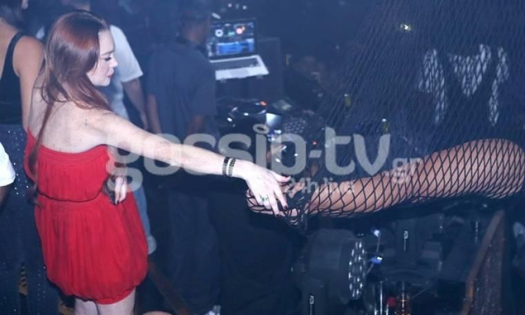 Δεν λέει να φύγει από την Ελλάδα η Lindsay Lohan