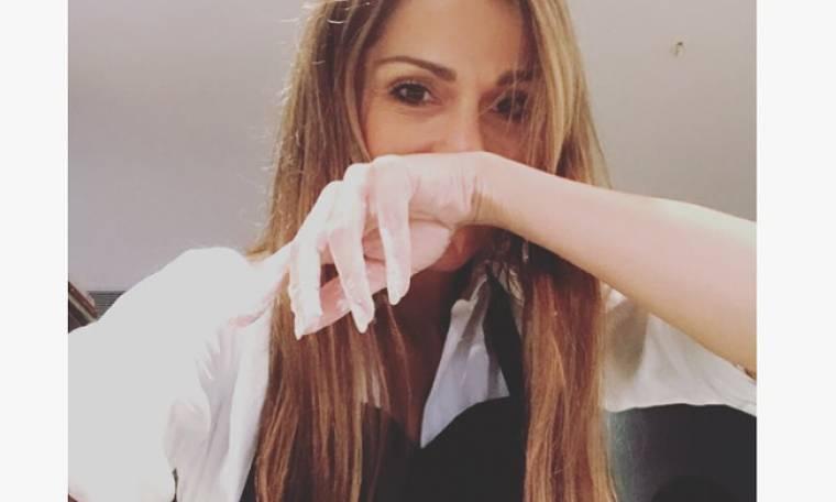 Δέσποινα Βανδή: Μέσα στο αλεύρι και κρατώντας τον πλάστη στέλνει μήνυμα…