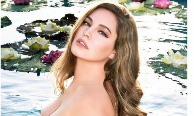 Η Κέλι Μπρουκ πόζαρε γυμνή σε λίμνη με νούφαρα