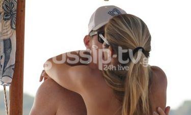Καυτά φιλιά στην παραλία για το παντρεμένο ζευγάρι