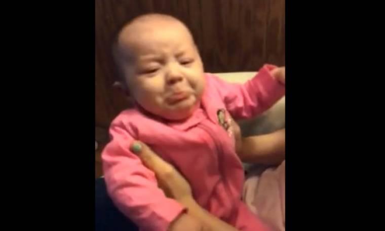 Η απίστευτη φάτσα του μωρού, όταν ακούει τη μαμά να τραγουδά!