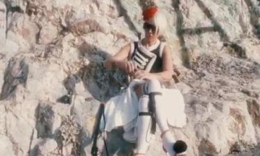Και όμως! Είναι η Νατάσα Καλογρίδη ντυμένη... τσολιάς!