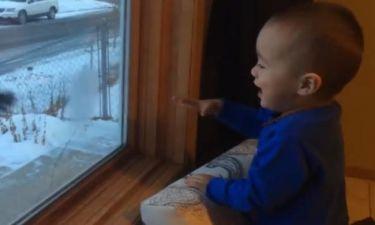 Η επική αντίδραση ενός μπόμπιρα όταν ο πατέρας του επιστρέφει στο σπίτι (vid)