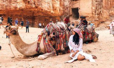 Η Κόνι με μαντίλα στην Ιορδανία