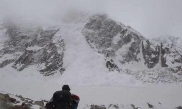 Τρομακτικό βίντεο! Κατέγραψαν τη στιγμή που πέφτει χιονοστιβάδα πάνω τους