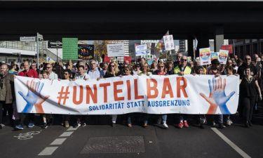 Βερολίνο: Χιλιάδες άνθρωποι στους δρόμους κατά του ρατσισμού και της ξενοφοβίας (pics)