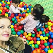 Τρυφερό: Η σύζυγος του Σταύρου Ξαρχάκου στον παιδότοπο με τα δίδυμα