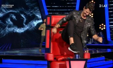 The Voice: Κόλλησε η καρέκλα του και… κοπανούσε το κουμπί ξανά και ξανά!