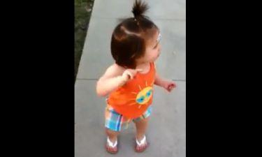 Το κοριτσάκι κατσαδιάζει την μαμά του