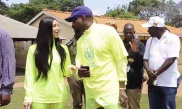 Kanye West - Kim Kardashian: Επισκέφτηκαν Ορφανοτροφείο στην Ουγκάντα και δώρισαν σνίκερς στα παιδιά