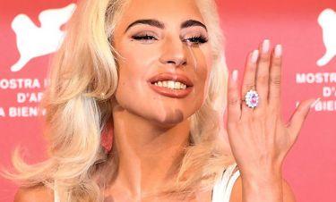 Fake news: το μονόπετρο της Lady Gaga αξίζει ένα εκατομμύριο δολάρια