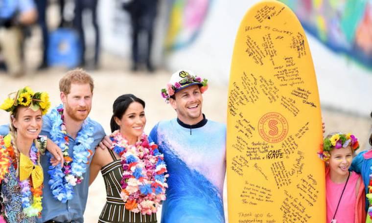 Ο πρίγκιπας Χάρι και η Μέγκαν Μαρκλ πήγαν για... σερφ στην Αυστραλία (pics&vid)