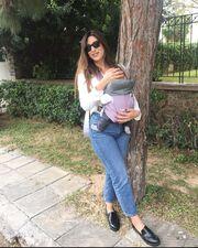 Πρωινή βόλτα με την κόρη της για γνωστή παρουσιάστρια
