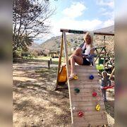 Η Ελένη Μενεγάκη ποζάρει με σορτς σε παιδική χαρά στα Άχλα