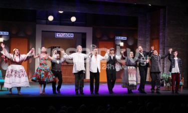 Λαμπερή πρεμιέρα για την παράσταση «Μακρυκωσταίοι και Κοντογιώργηδες»! Η Γερονικολού πού ήταν;